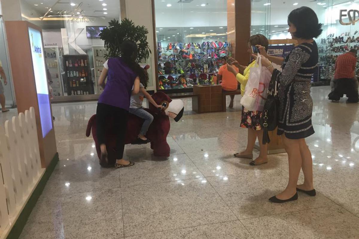Andar em uma pelúcia motorizada nos corredores do shopping. Sim, isto existe