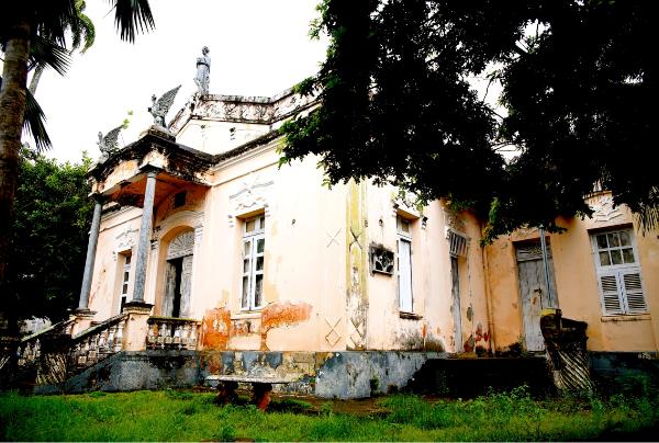 O que é esta casa abandonada no meio da praça Augusto Severo?