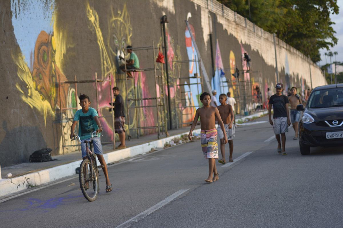 Enfeitando a Avenida do Contorno com Grafite