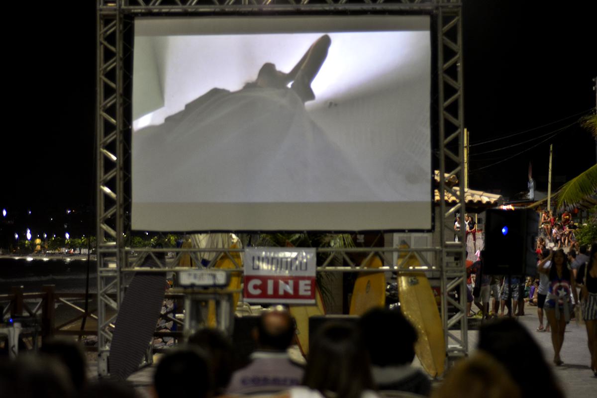 Exibindo um filme no meio da praia de Ponta Negra