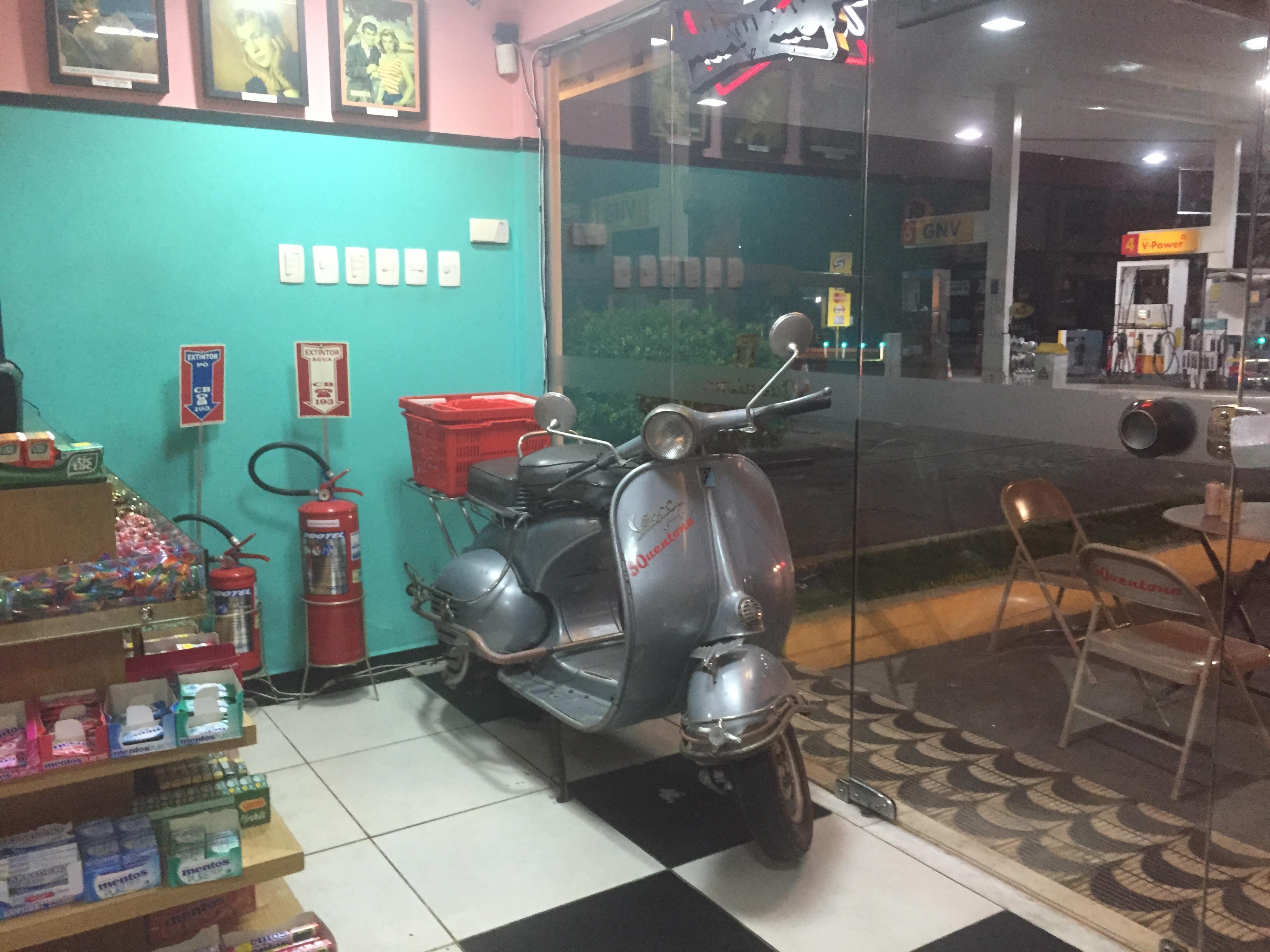 Rolezinho em loja de conveniência com cara de anos 50