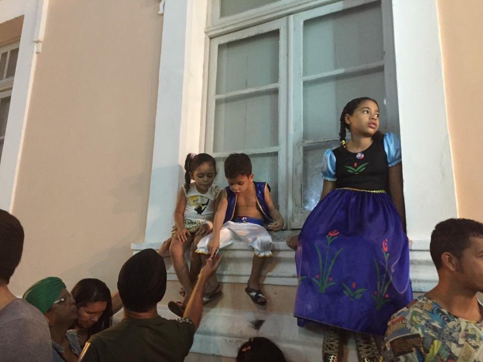 Crianças observando o desfile