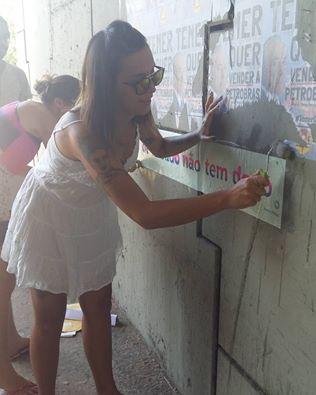 Mensagens contra o atual governo foram espalhadas em 14 cidades brasileiras no Circuito Grude (Foto: Khadija TImboo/Instagram)