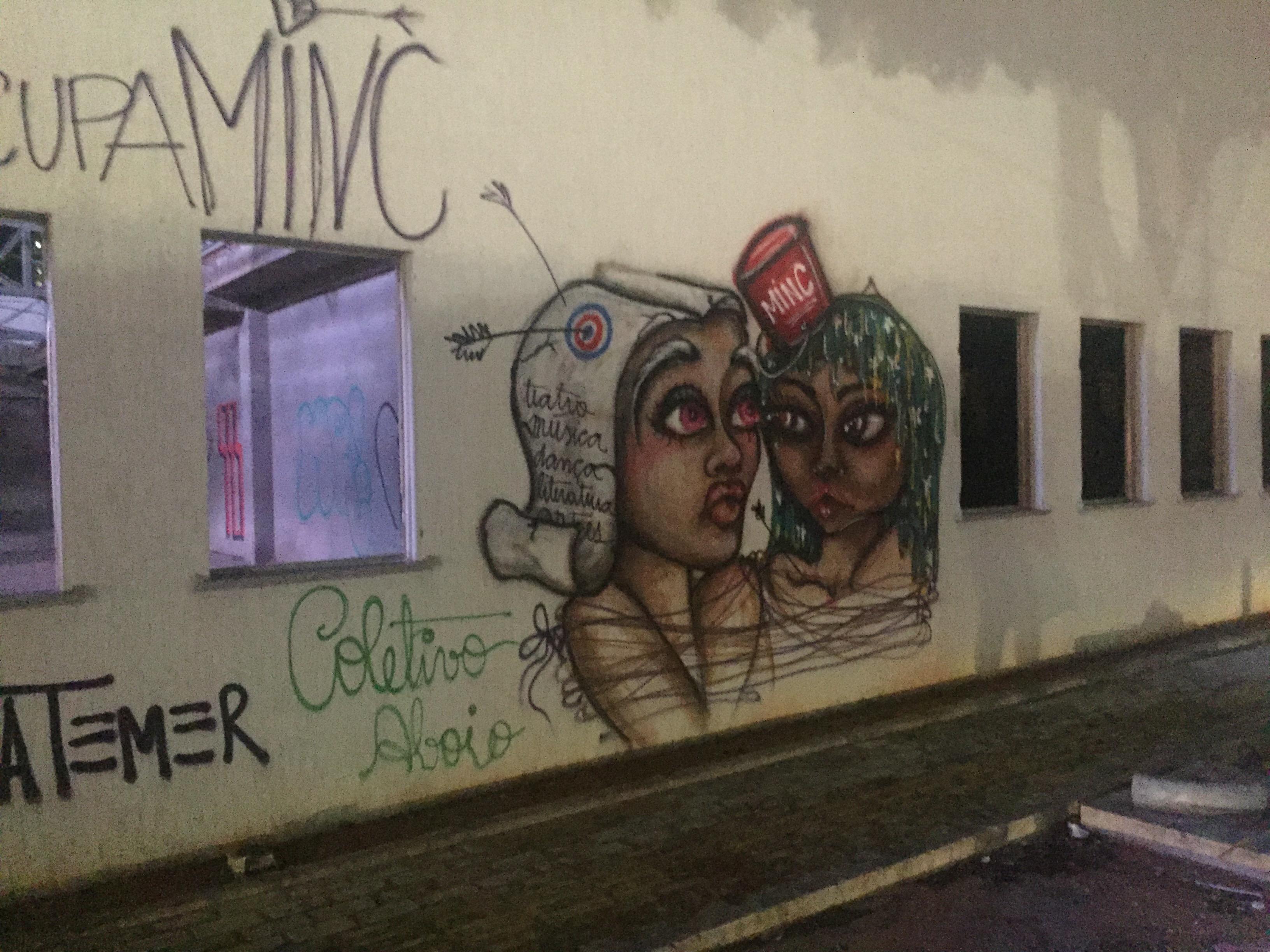 Obra abandonada na Av. Roberto Freire é grafitada
