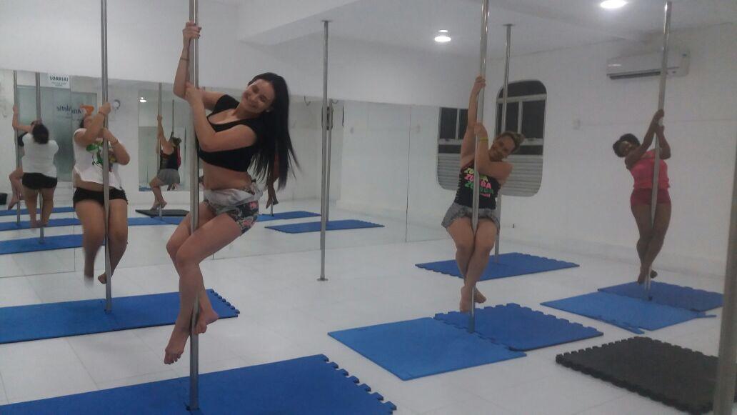 6ce5d7cc0794c A Débora me mandou algumas fotos treinando Pole Dance, vejam a seguir: