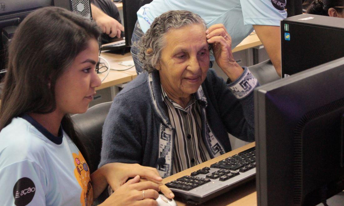 Estudantes da UFRN ensinam informática aos idosos