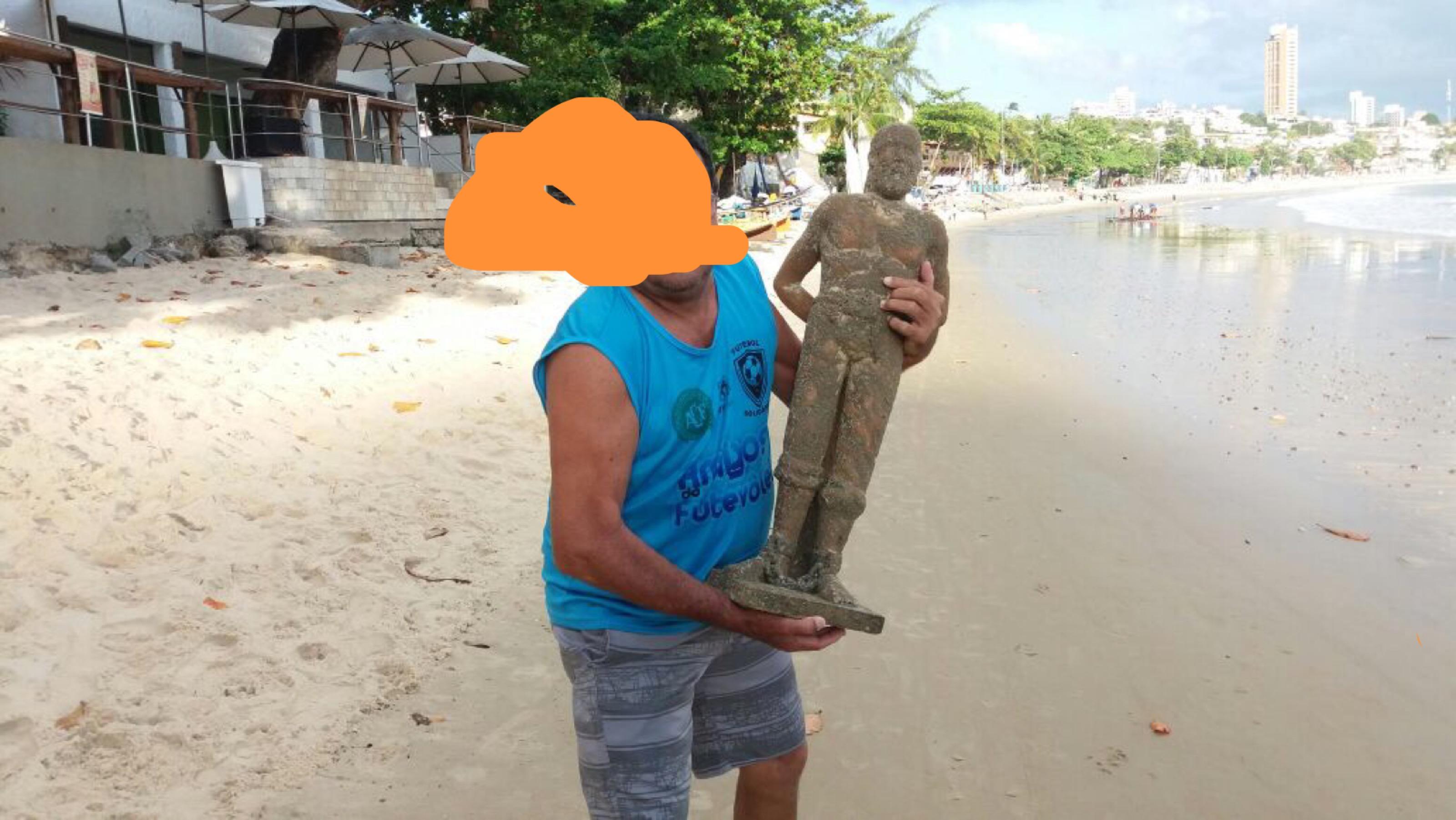 Pescador encontra uma estátua de Netuno em Ponta Negra
