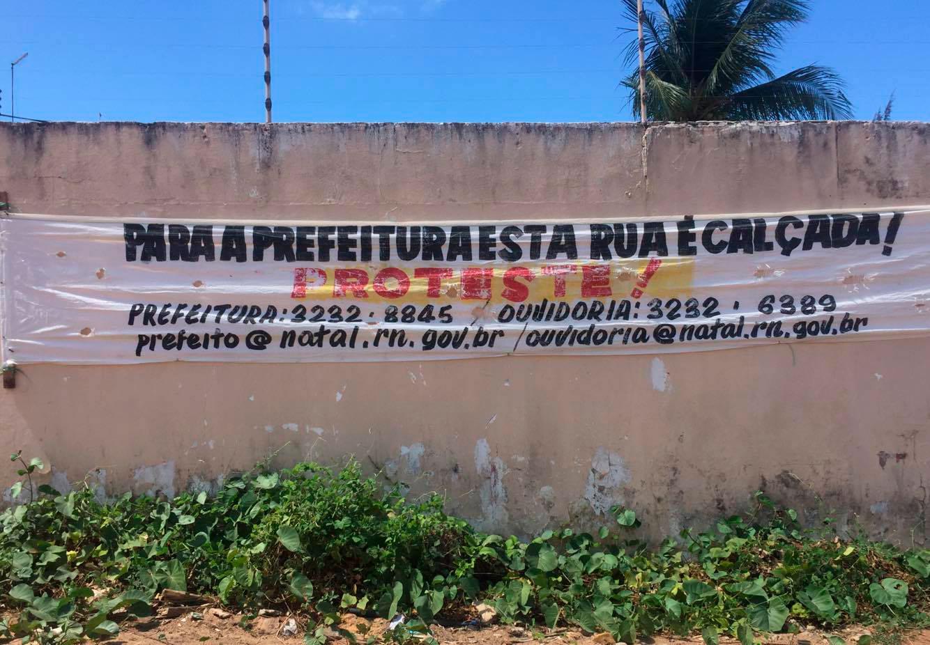 Prefeitura diz que rua de Capim Macio com terra batida é calçada e moradores revoltam