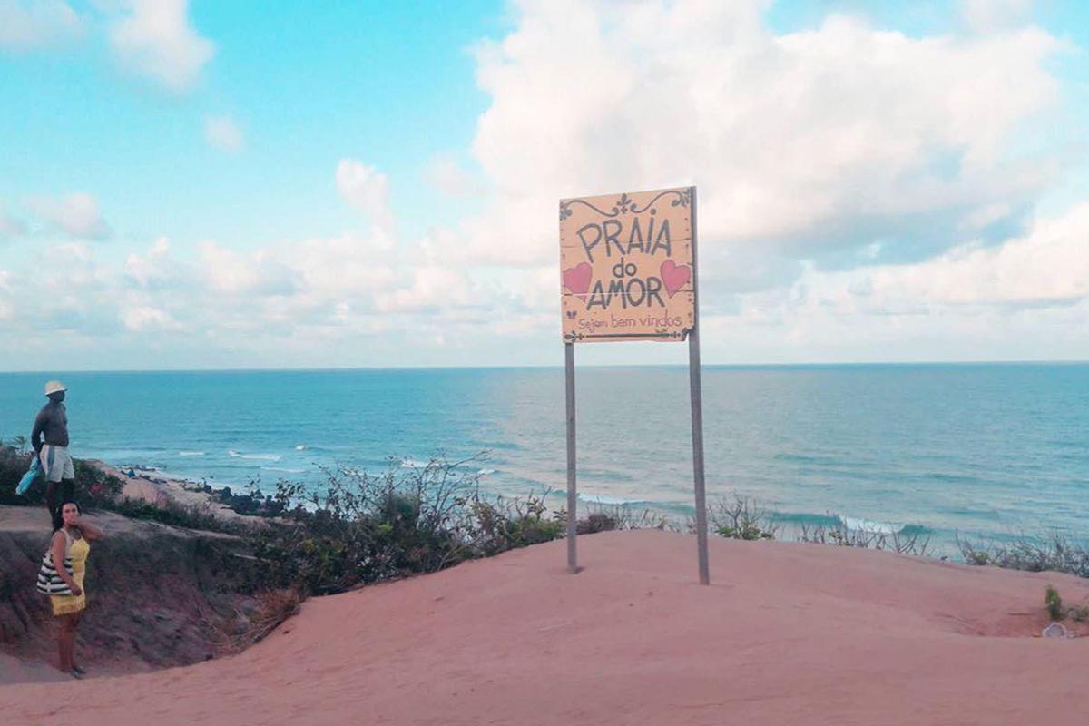 Placa antiga da Praia do Amor, em Pipa, está de volta