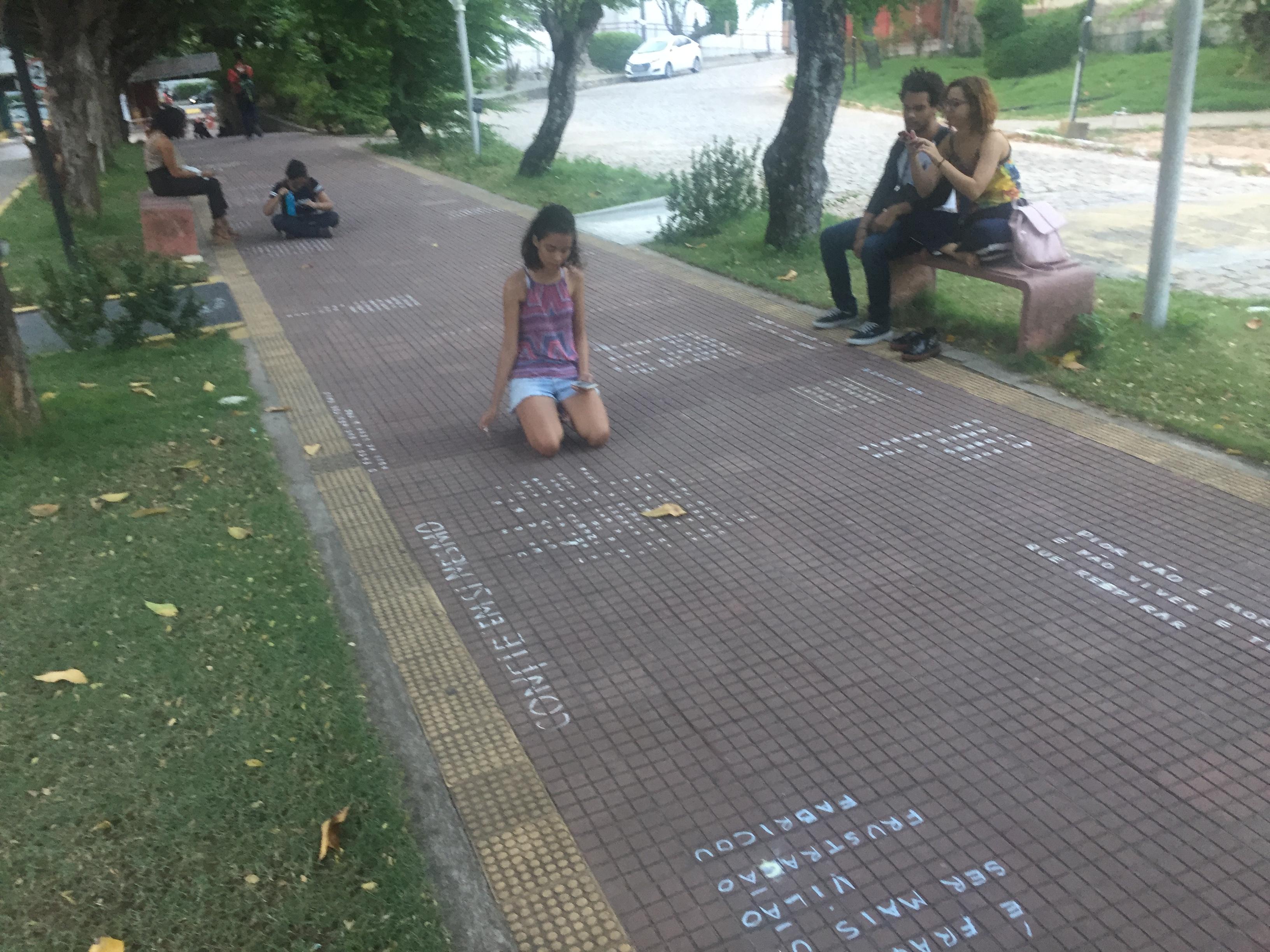 Calçada do IFRN vira uma trilha cheia de poesia