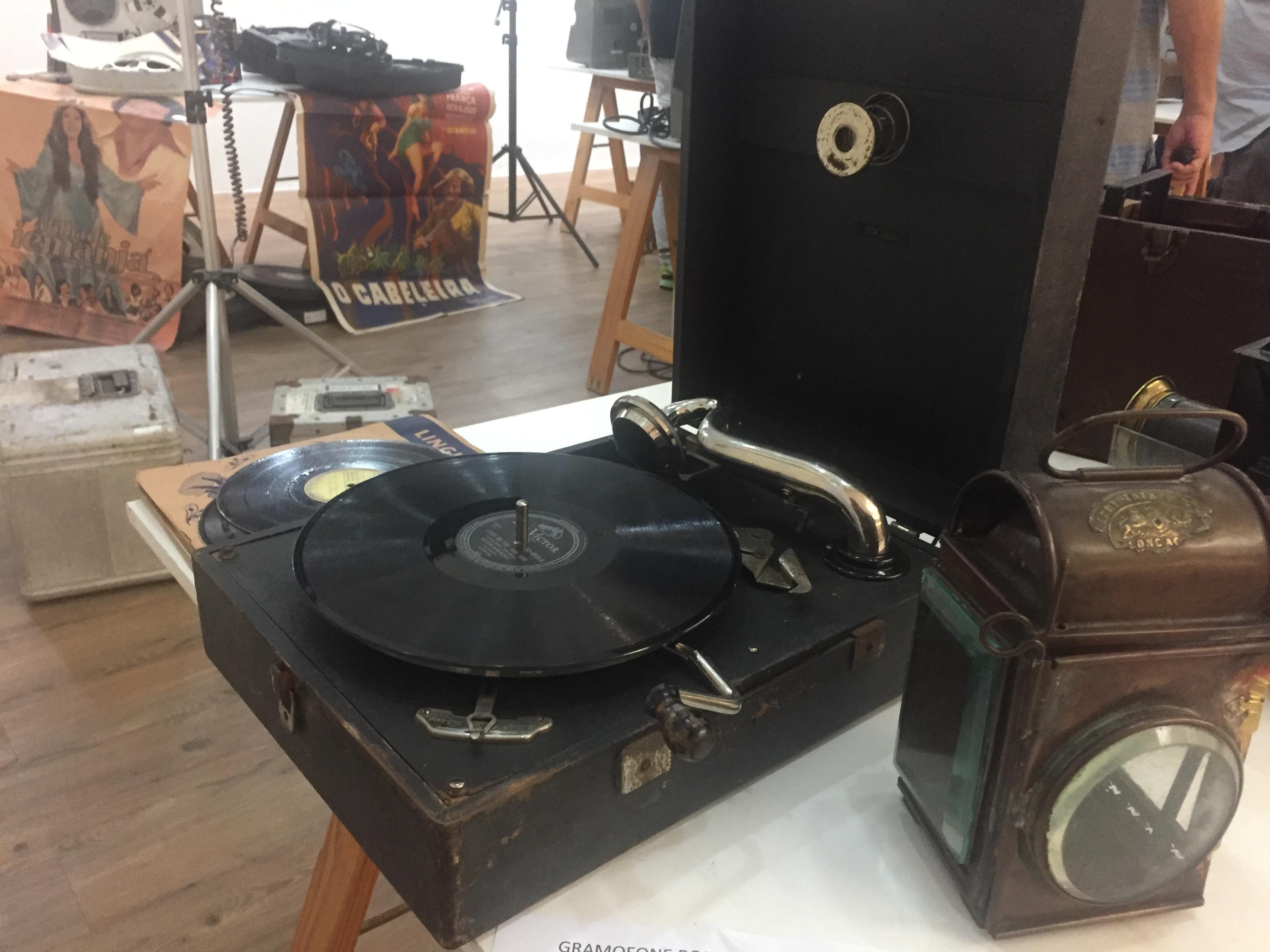 Por que chamamos toca-discos de Vitrola?