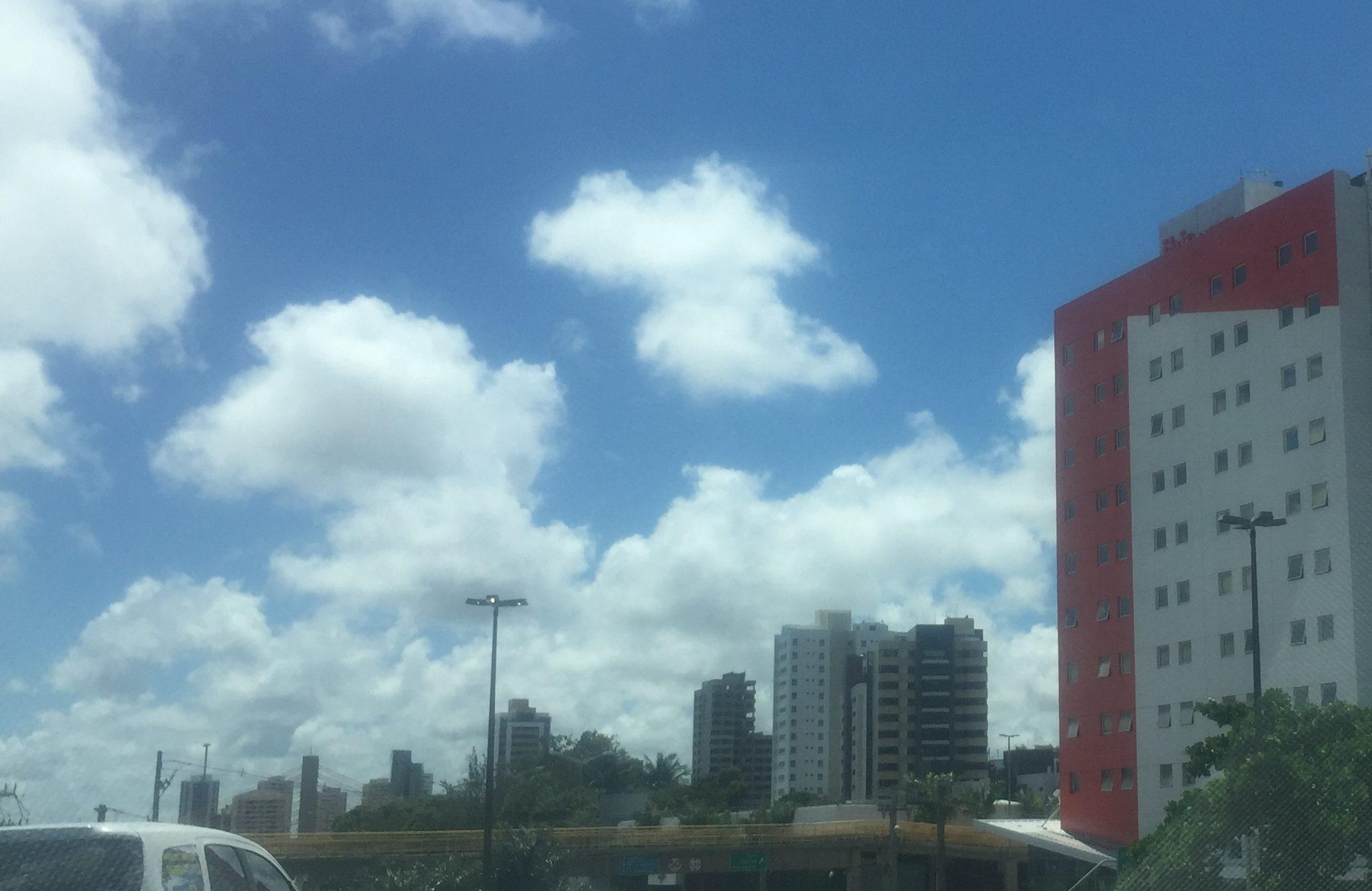 Este prédio parece uma caixa de Marlboro gigante