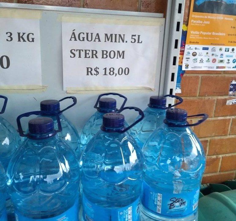 Uma água da Ster Bom custa 18 reais em Fernando de Noronha