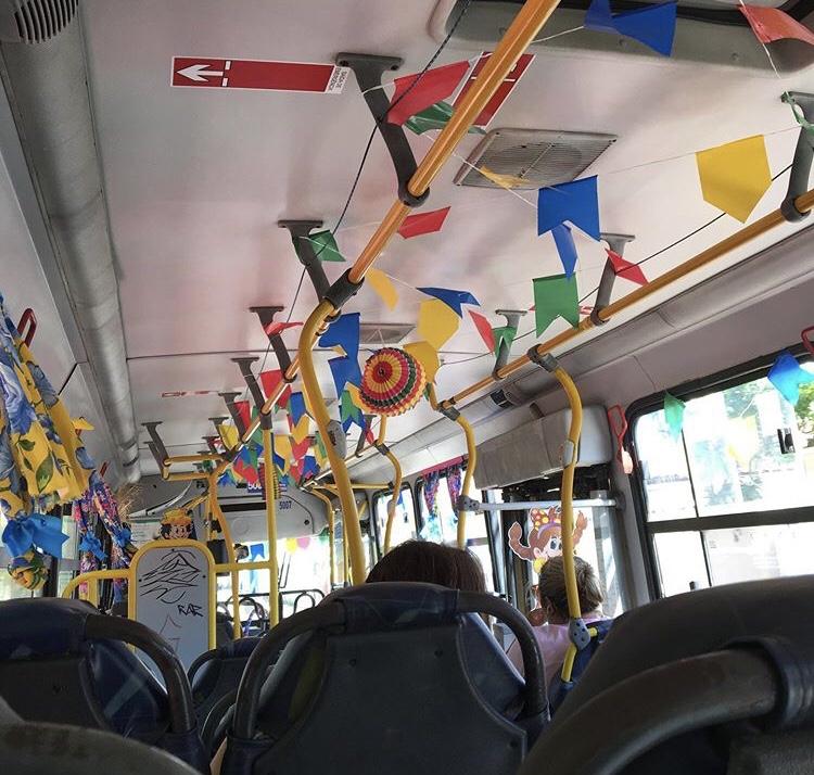 Ônibus de Natal em clima de festa junina