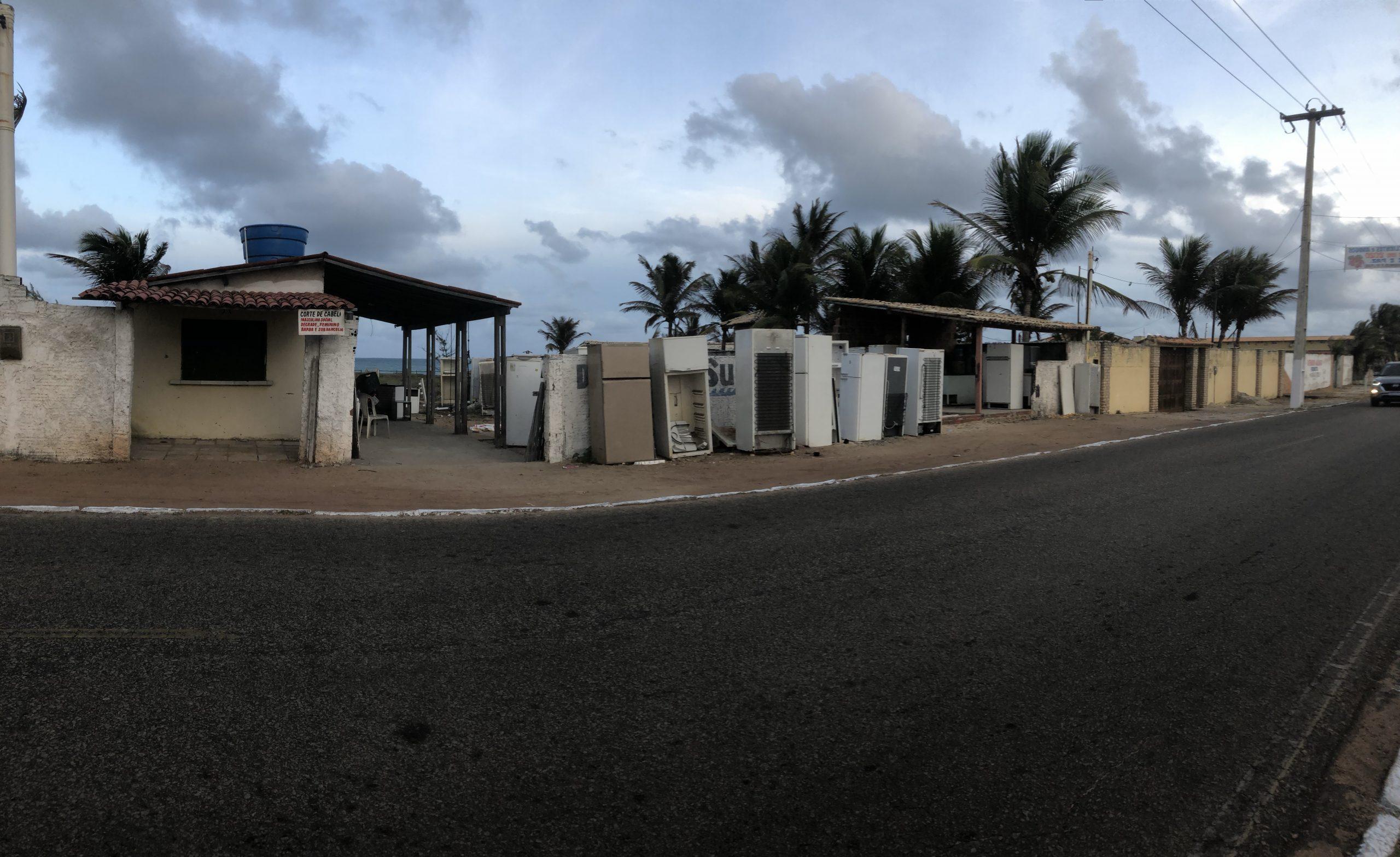 Um cemitério de geladeiras no litoral potiguar