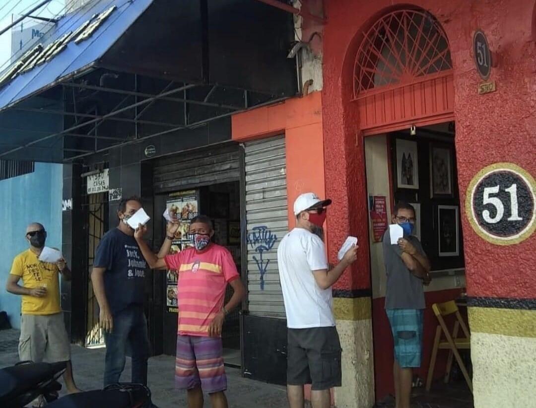 Bar denuncia calote e devedores formam fila para pagar fiado